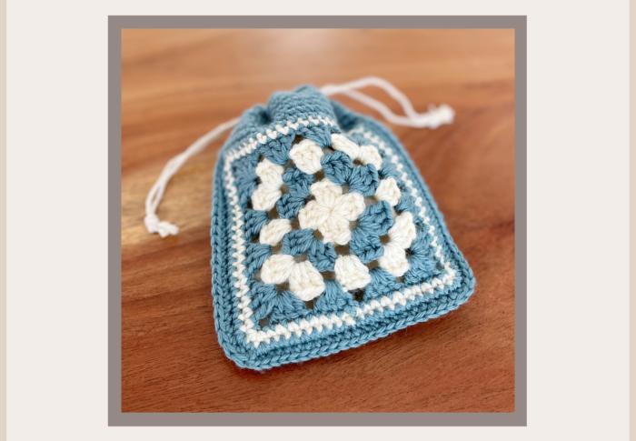 かぎ針編みで、キュッとした可愛い巾着。初心者さんが作れる Kit。